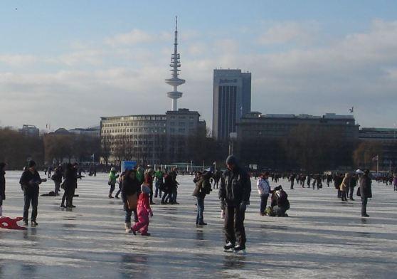 """Hamburg, Außenalster am 10.02.2012, zugefroren, betretbar, im Hintergrund der """"Fernsehturm"""""""