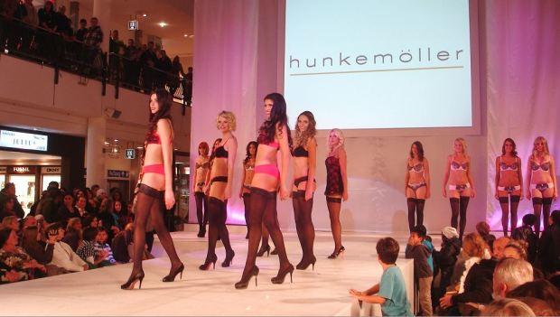 10_Model Contest QUARREE GESICHTER 2013 - Finale 26.10.2012 - Man sieht, auch der männliche Nachwuchs am Laufsteg ist gefesselt ...