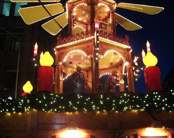 Hamburg - Weihnachtliche City - Die geschnitzten Figuren der Pyramide