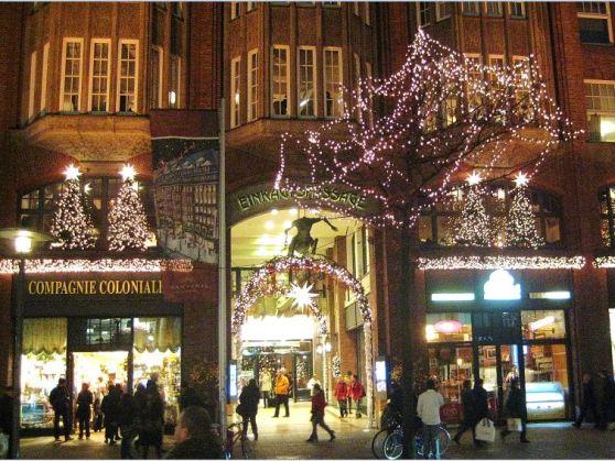 Hamburg - weihnachtliche City - Der Eingang zur Einkaufspassage im Levantehaus, welches in diesem Jahr 100 Jahre alt wird (Bj. 1912)