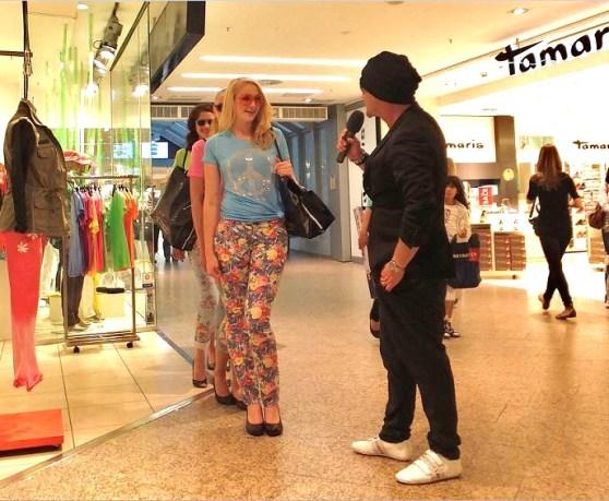 Model Contest QUARREE GESICHTER 2014 - Walking Acts - 15.06.2013 -   ... und während gefilmt wird, interviewt  Coach und Stylist Alexander Strauß die Mädchen im Steffi-Moden Outfit