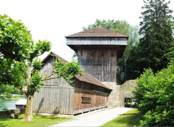 Diessenhofen (CH) - Hänkisturm direkt am Rhein  -  Ehemalige Geschützstellung und Armbrusterturm. Bis 1800 auch Gefängnis. 1828-1880 Sitz einer Stofffärberei.