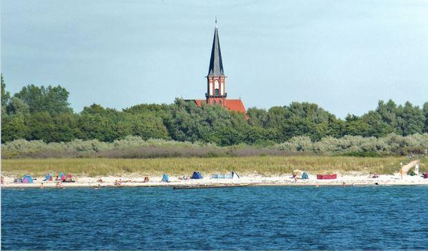 Die Fischländer Kirche von Wustrow von der Wasserseite gesehen