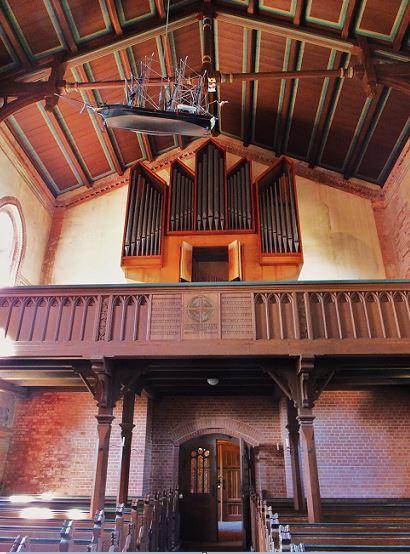 Kirche von Wustrow mit Orgel und auch hier hängt wieder ein Votivschiff.  Diese Orgel wurde 1970 eingebaut und verfügt über zwei Manuale und ein Pedal mit 14 Registern sowie insgesamt 986 Pfeifen.
