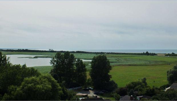 Ostseebad Wustrow - Vorne im Bild der Bodden, hinten die Ostsee (vom Wustrower Kirchturm aus gesehen)