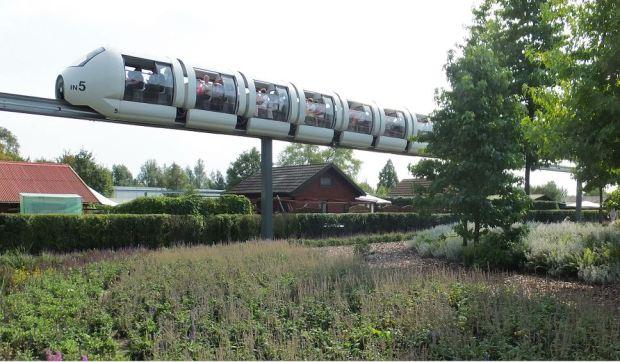 IGS, Hamburg - September 2013 - Die Monorailbahn auf ihrer Fahrt direkt entlang des Kleingartenvereins