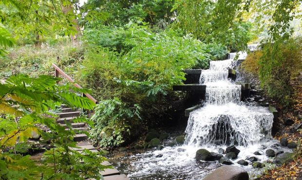 Planten un Blomen - Herbst - Dem Tosen gefolgt ... Das Wasser rauscht auch im Oktober noch die Steintreppen hinab.