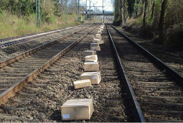 Pakete im Gleisbett - Vielleicht ist es ja hier abgelegt worden ....