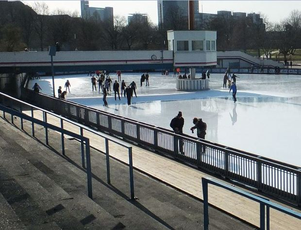 Planten un Blomen, Hamburg -  Eisbahn in den Wallanlagen  - Ende Februar - In der Sonne bilden sich Pfützen auf der Eisbahn ...