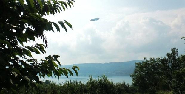 Bodensee - Auch er ist unterwegs im leichten Dunst: Zeppelin über dem Untersee
