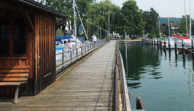 Bodensee - Die Warnblinkleuchte am Anlegesteg (hinten) in Wangen (Untersee)