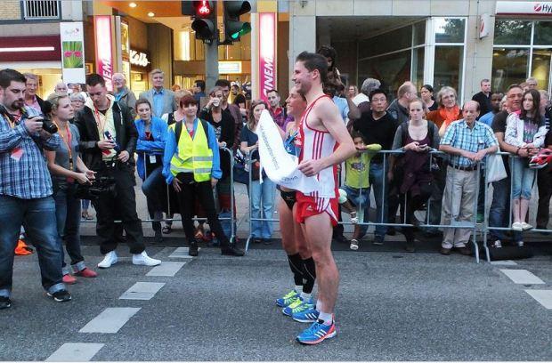 1. HEK-Halbmarathon in Wandsbek - Die beiden Ersten ihrer Kategorie gemeinsam: Mona Stockhecke und Manuel Stöcker