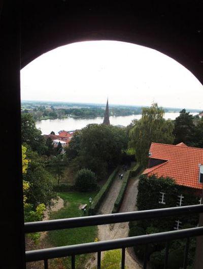 Lauenburg - Ausblick vom Turm am Schloss auf die Elbe  ....