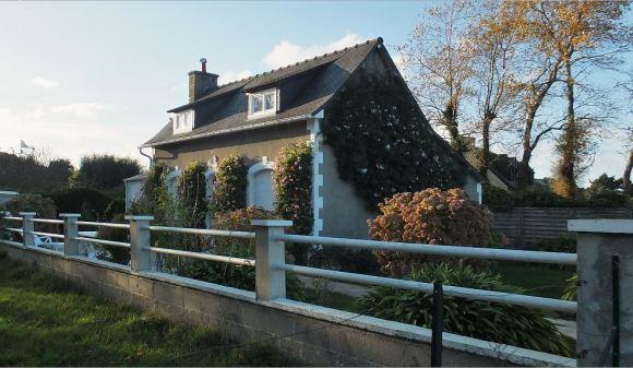 Bretagne - Île de Bréhat - November - Die Rankpflanzen am Haus sind noch in voller Blüte ...