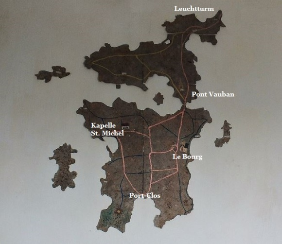 Bretagne - Île de Bréhat - Wandmosaik in der Kapelle St. Michel  mit Karte der Süd- und Nordinsel