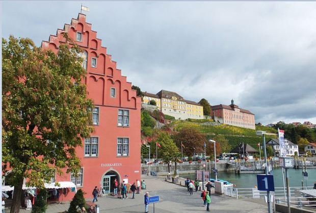 Meersburg am Bodensee - Hafen - Oberhalb des Weinhangs das Verwaltungsgebäude des Staatsweinguts Meersburg (gelb) und das Neue Schloss