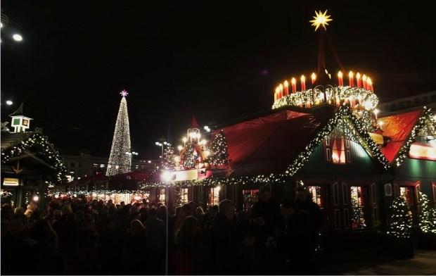 Advent in Hamburg - Historischer Weihnachtsmarkt vor dem Rathaus - Gedränge in den Gassen ...