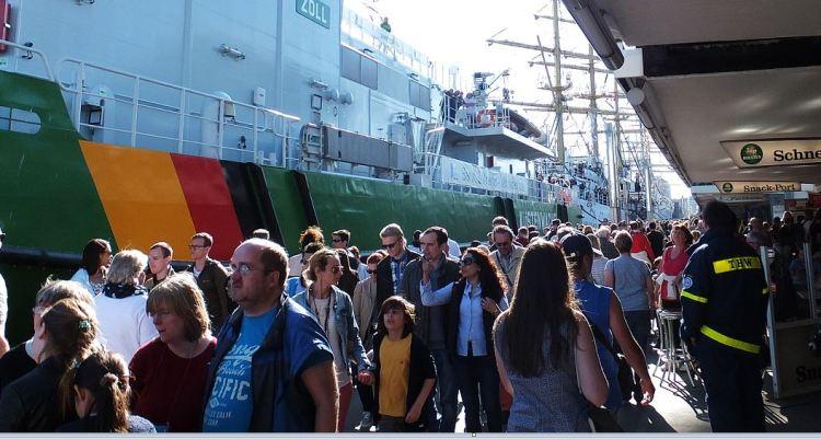 Hamburg - 827. Hafengeburtstag (2016) - Andrang auf den Pontons ....
