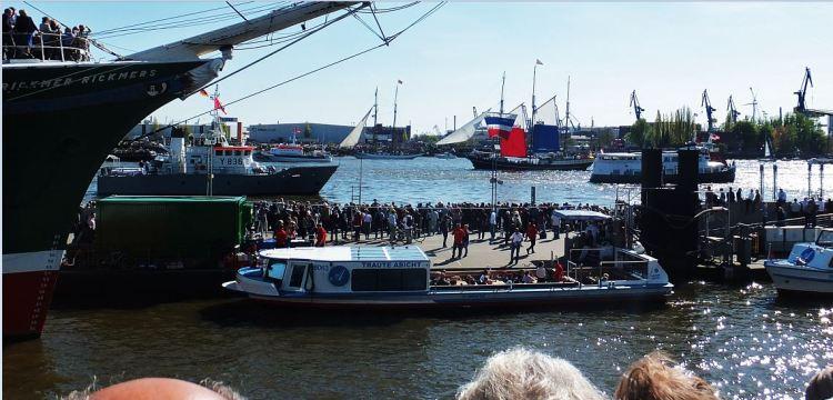 Hamburg - 827. Hafengeburtstag (2016) - Die einen laufen noch ein, die anderen haben schon gedreht und passieren erneut ...
