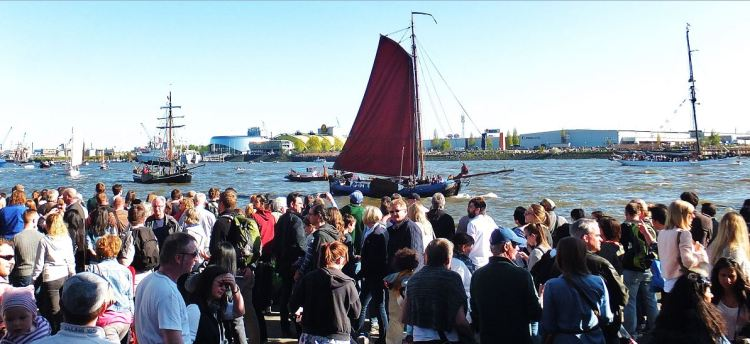 Hamburg - 827. Hafengeburtstag (2016) - Noch einige Teilnehmer der Oldtimer-Einlaufparade ...