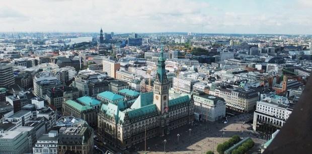 Hamburg - Blick vom Turm der Hauptkirche St. Petri - Rathaus, im Hintergrund St. Michaelis (der Michel)