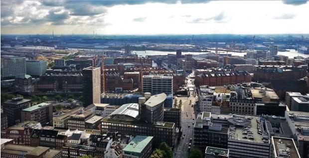 Hamburg - Blick vom Turm der Hauptkirche St. Petri Richtung Hafen mit Speicherstadt und HafenCity dahinter