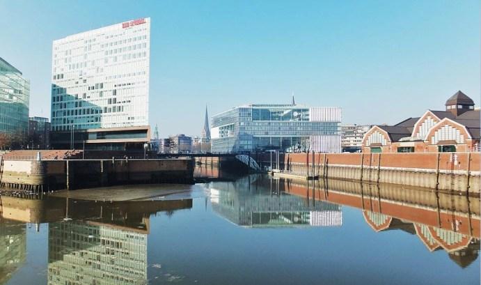 Hamburg - Ericusgraben - Die Deichtorhallen noch einmal vom Wasser aus gesehen ....