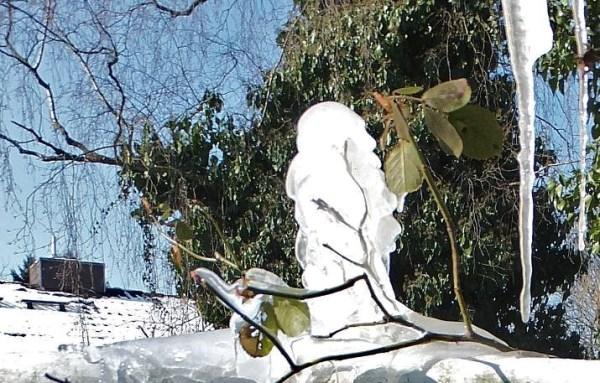 Eis am Geländer - milchig-gläserene, säulenartige Skulptur