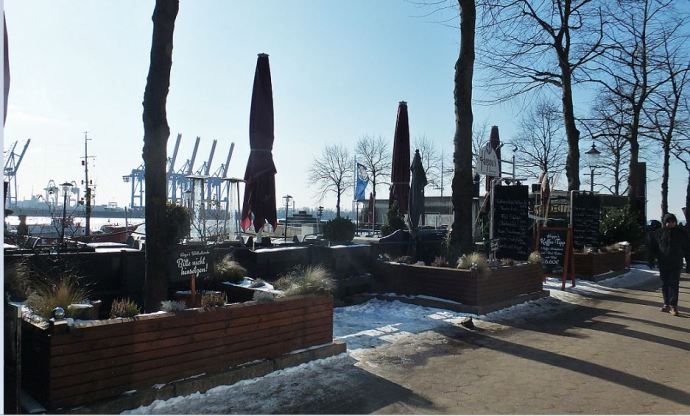 Frost in Hamburg - Elbe - Oevelgönne am Museumshafen - Noch zu frisch zum Sitzen ... Zusammengeklappte und verhüllte Schirme eines Lokals