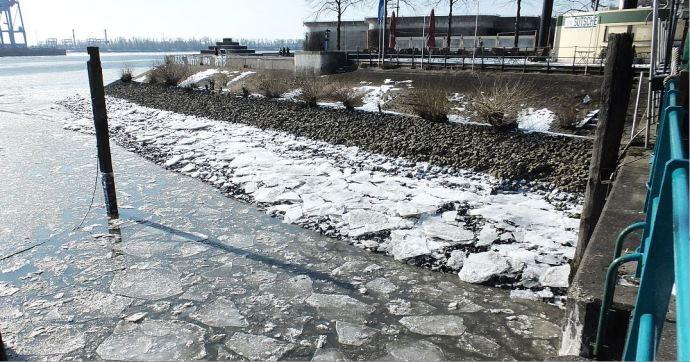 Winter in Hamburg - Oevelgönne/Elbe - Auflaufendes Wasser lässt bald alle Schollen wieder schwimmen ...