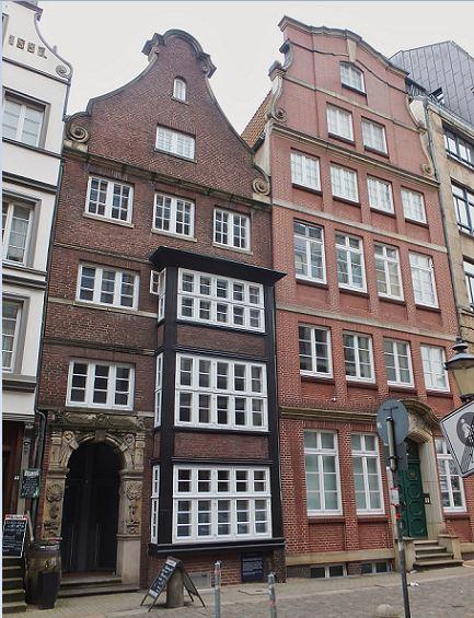Hamburg - Altstadt - Deichstraße 47 - Mit Volutengiebel und dem Portal der abgebrochenen Nr. 29