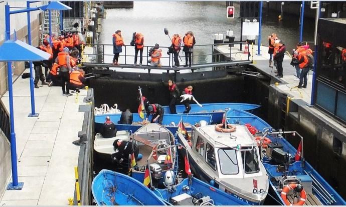 """Hamburg - Rathausschleuse - Die Aktion """"Schwäne einsammeln"""" läuft an. Vorher wurde das Stroh noch in den Booten ausgebreitet"""