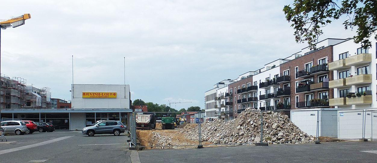 Das letzte Stück Baugrund wird vorbereitet .... (Brachfläche wird ausgehoben. Alte Kellermauern vom Vorgebäude entfernt.)e